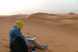 Marche chamelière et peinture dans le désert marocain